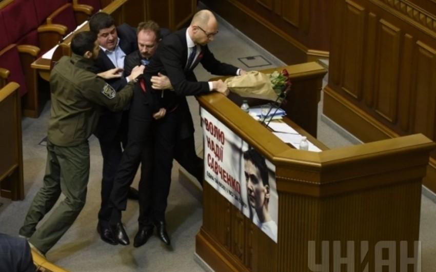 Ukraynalı deputat baş nazirə hücumu ilə bağlı açıqlama verib - VİDEO
