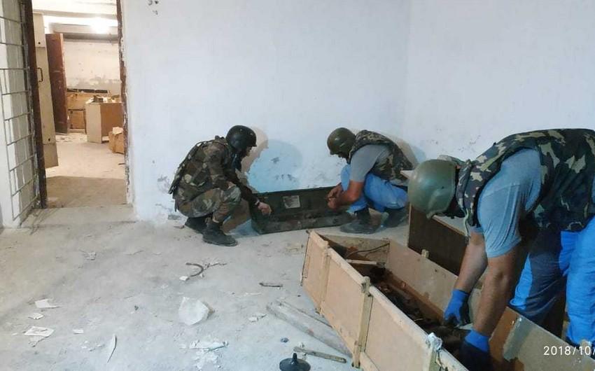 Bakıda orta məktəbin zirzəmisində yüzlərlə partlamamış hərbi sursat aşkarlanıb - FOTO