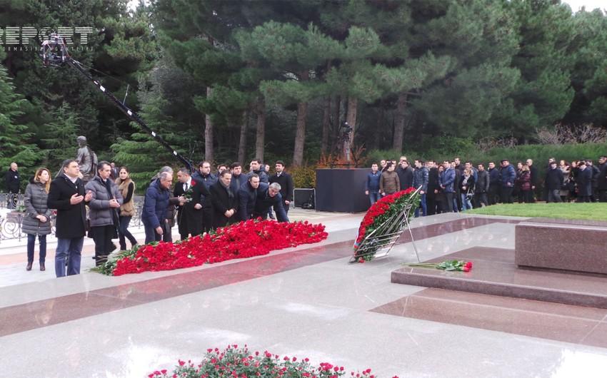 Азербайджанская общественность посещает могилу общенационального лидера Гейдара Алиева - ФОТО