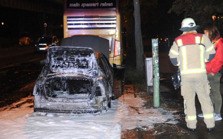 Türkiyənin Almaniyadakı səfirliyinin avtomobili yandırılıb