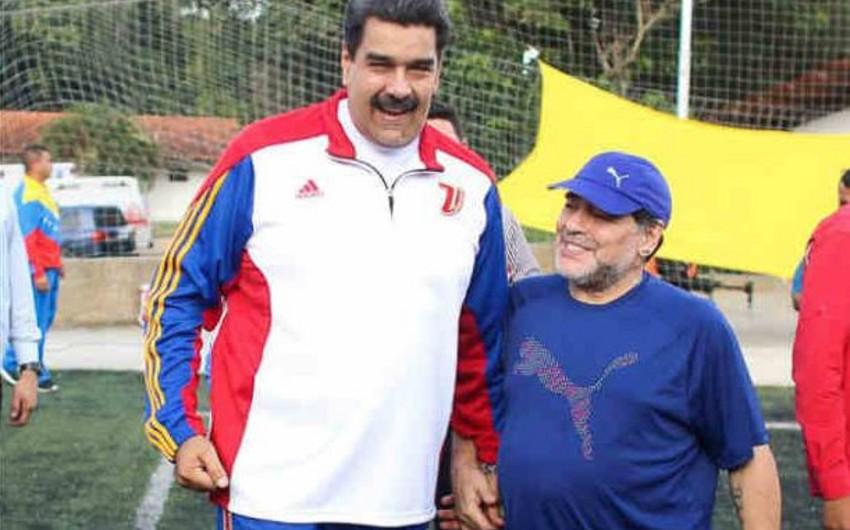 Venesuela prezidenti Maradona ilə futbol oynayıb