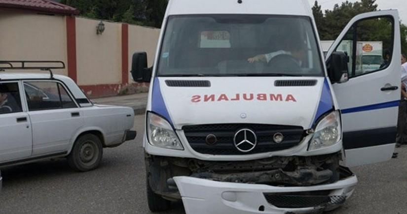 В Гяндже машина скорой помощи попала в аварию, есть пострадавший