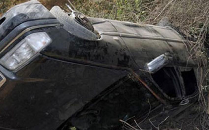 Qubada avtomobilin dərəyə yuvarlanması nəticəsində iki nəfər ölüb