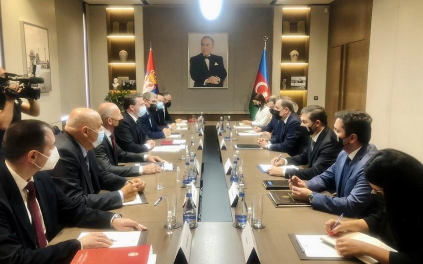 Azərbaycan və Serbiya XİN başçılarının geniş tərkibli görüşü başlayıb