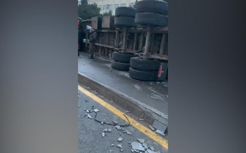 Bakıda qəza törədən yük avtomobilinin görüntüləri yayılıb - VİDEO