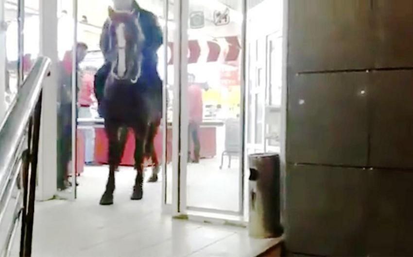 Qırğızıstanda sərxoş şəxs mağazaya atla daxil olub - VİDEO